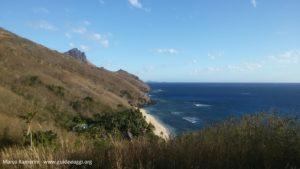 La spiaggia dell'Octopus Resort vista dal sentiero per il villaggio di Nalauwaki, Waya, Isole Yasawa, Figi. Autore e Copyright Marco Ramerini.
